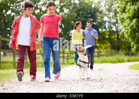 Spanische Familie mit Hund für Spaziergang In Natur - Stockfoto