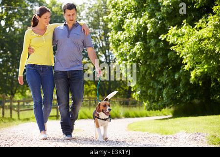 Hispanische paar mit Hund für Spaziergang In Natur - Stockfoto