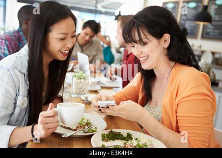 Zwei Freundinnen Freunde treffen zum Mittagessen im Café - Stockfoto