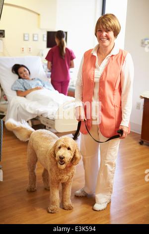 Porträt von Pet-Therapiehund Patientin im Krankenhaus besuchen - Stockfoto