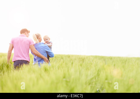Familie Wandern im Bereich Baby tragen junge Sohn - Stockfoto