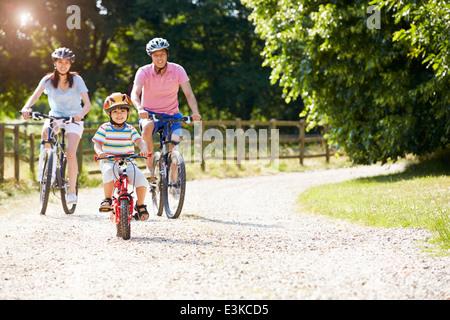 Asiatischen Familie auf Fahrradtour In Landschaft - Stockfoto