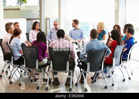 Multi-Kulti-Office Mitarbeiter sitzen mit einander begegnen - Stockfoto
