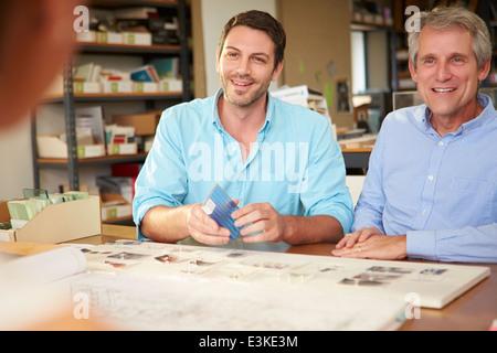 Drei Architekten an Tisch treffen - Stockfoto