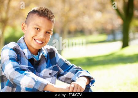 Porträt von Hispanic Boy In Landschaft - Stockfoto