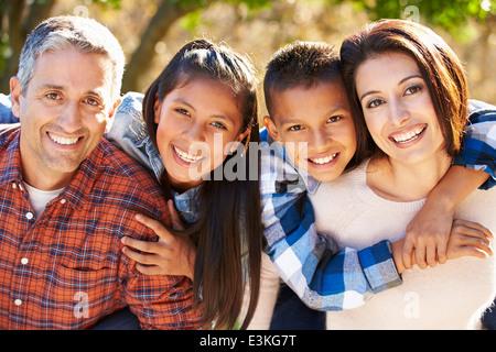 Porträt der hispanische Familie In Landschaft - Stockfoto