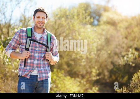 Porträt von Menschen Wandern In Landschaft tragen Rucksack - Stockfoto