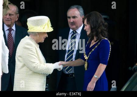 Der Belfast City Hall, UK. 24. Juni 2014. HM The Queen schüttelt Hände mit Lord Bürgermeister von Belfast Nichola Mallon während der Queens Besuch in Belfast im Rahmen ihrer dreitägigen Besuch in Nordirland Credit: Bonzo/Alamy Live News