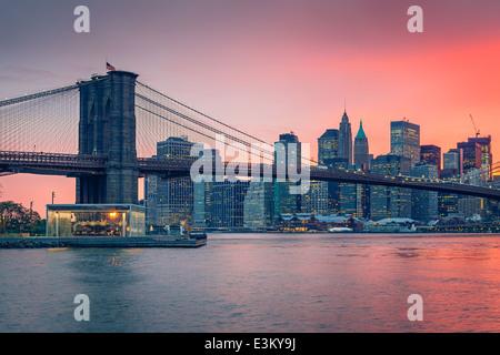 Brooklynbridge und Manhattan in der Dämmerung - Stockfoto