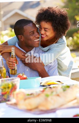 Romantisch zu zweit genießen Mahlzeit im Freien im Garten - Stockfoto