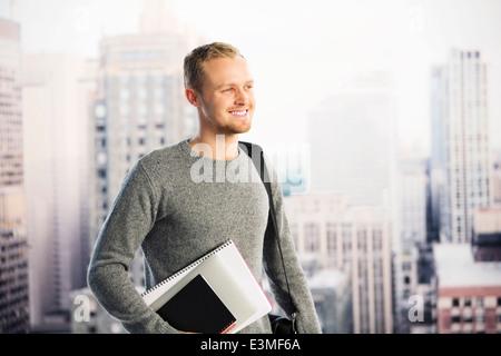 Lächelnde Geschäftsmann in städtischen Fenster - Stockfoto