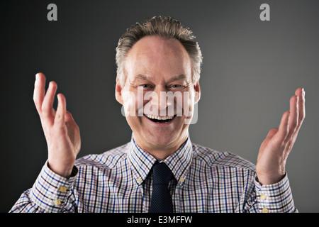 Porträt von lächelnden Geschäftsmann gestikulieren - Stockfoto