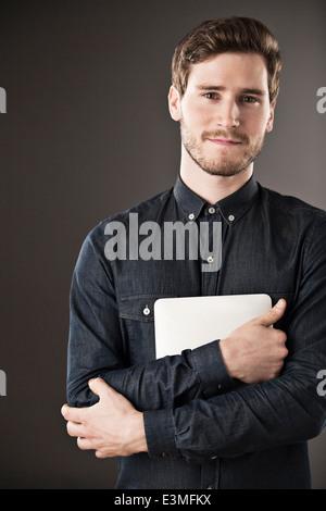Porträt von Ernst Kaufmann holding digital-Tablette - Stockfoto