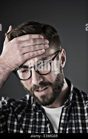 Sorgen Mann mit Kopf in den Händen - Stockfoto
