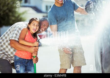 Mehr-Generationen-Familie Waschen Auto - Stockfoto