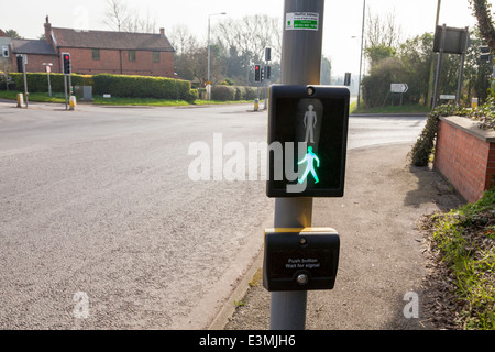 Das grüne Licht zeigt auf einen Fußgänger Fußgängerüberweg Panel auf einer ländlichen Straße Kreuzung am Dorf Rempstone - Stockfoto