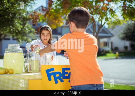 Junge Kauf Limonade an Limonade stehen - Stockfoto
