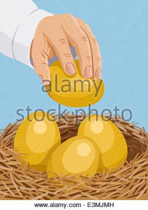 Hand, die Platzierung goldenen Ei im nest - Stockfoto