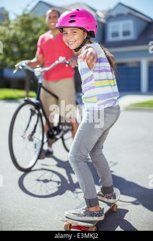 Porträt eines lächelnden Mädchens auf skateboard - Stockfoto