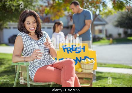 Frau trinken Limonade an Limonade stehen - Stockfoto
