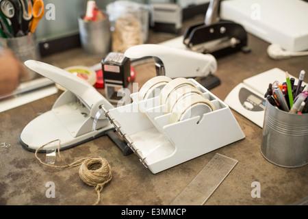 Bürobedarf auf Schreibtisch im Kreativbüro - Stockfoto