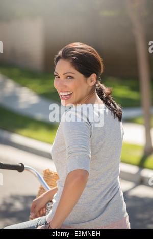 Porträt von begeisterten Frau auf Fahrrad - Stockfoto
