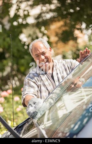 Glücklicher Mann Waschen Auto - Stockfoto