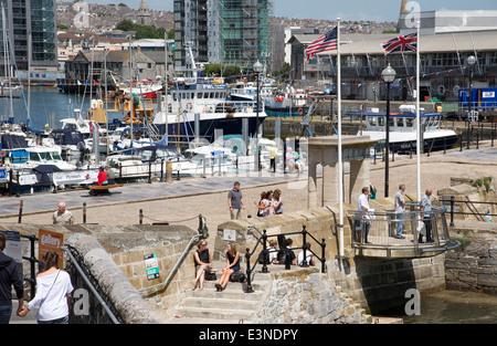 Britische und amerikanische Flaggen wehen über die Stufen der Mayflower in Plymouth Devon England UK - Stockfoto