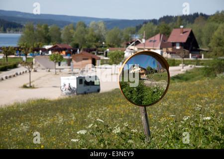 Französische Haus spiegelt sich im Spiegel, Lac Saint Point, Franch-Comté, Doubs, Frankreich - Stockfoto