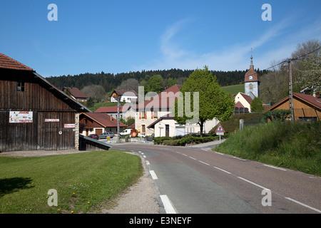 Blick auf französisches Dorf Saint Point Lac, Franch-Comté, Doubs, Frankreich - Stockfoto