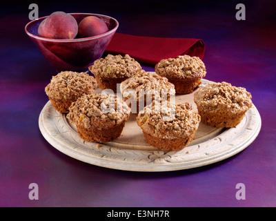 Mango-Pfirsich-Muffins mit Streusel-topping - Stockfoto