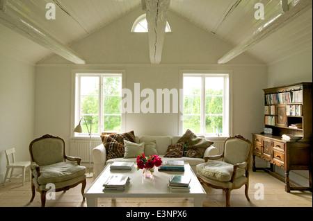 Attic Bekehrung, Wohnzimmer in Rural Retreat, Vettershaga, Schweden. - Stockfoto