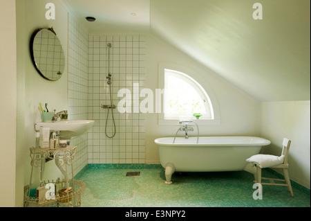 Bad im Dachgeschoss Umwandlung von Rural Retreat, Vettershaga, Schweden - Stockfoto