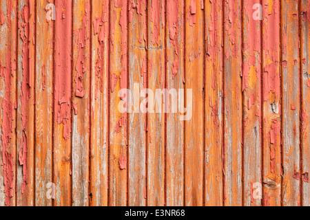 horizontale Bild der alten grau vertikalen Planken mit roten und orangenen Farbe verblassen - Stockfoto