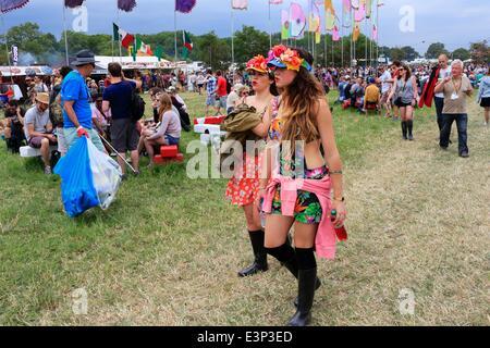 Glastonbury Festival, Glastonbury, Somerset, UK. 26. Juni 2014. Massen-Promenade rund um das Festivalgelände während - Stockfoto