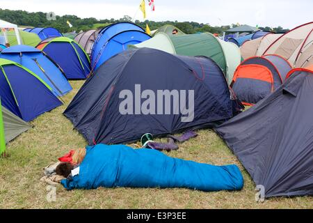 Glastonbury Festival, Glastonbury, Somerset, UK. 26. Juni 2014. Zwei Besucher nutzen die Gelegenheit für ein Nickerchen - Stockfoto