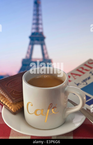 Kaffee und Gebäck im Café Tisch und touristische Reiseführer mit Eiffelturm im Hintergrund Paris Frankreich - Stockfoto