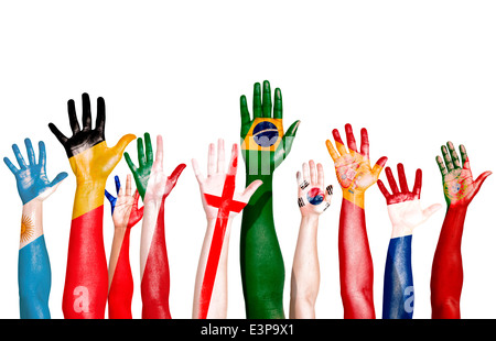 Multi-nationalen Flaggen auf die erhobenen Hände gezeichnet - Stockfoto