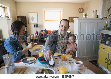 Junge Familie Frühstück am Esstisch - Stockfoto