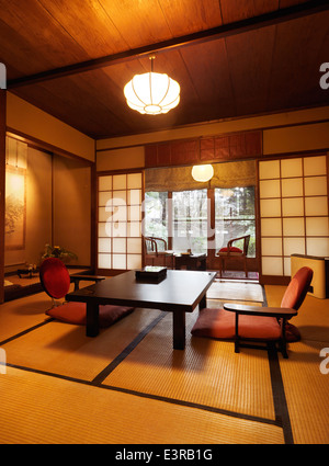 Asien japan kyoto japan ryokan inn magd mit teeservice for Traditionelles japanisches hotel