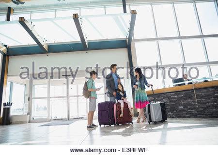 Familie mit Koffer am Flughafen ankommen - Stockfoto