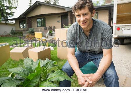 Porträt von zuversichtlich Mann sitzt außerhalb Möbelwagen - Stockfoto