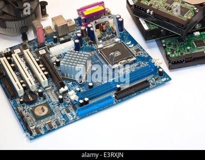 Gedruckten Computer Motherboard mit RAM Verbinder Slot Festplatte. - Stockfoto