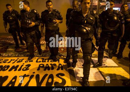 Rio De Janeiro, Brasilien. 28. Juni 2014. Polizisten auf Pappen von Demonstranten während einer Protestaktion gegen - Stockfoto