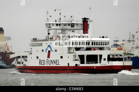 SOUTHAMPTON, ENGLAND. -RED FUNNEL ISLE OF WIGHT FÄHRE RED EAGLE AUF ÜBERGANG IN COWES. Foto: Jonathan Eastland/Ajax - Stockfoto