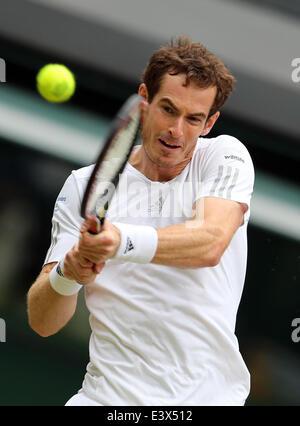 London, London, UK. 30. Juni 2014. Großbritanniens Andy Murray gibt den Ball während der Männer Singles viertes - Stockfoto