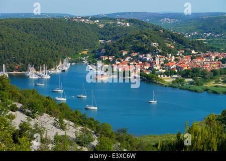 Stadtbild mit Segeln Schiffe im Vordergrund, Fluss Krka, Skradin, Dalmatien, Kroatien - Stockfoto