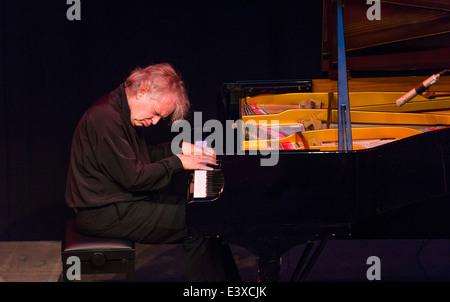 Jazz-Pianisten Joachim Kühn spielt ein Solo-Konzert. - Stockfoto