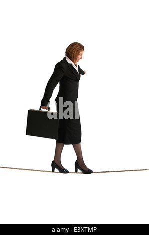 Geschäftsfrau, die zu Fuß auf einem Drahtseil oder Highwire isoliert auf weißem Hintergrund - Stockfoto