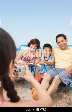 Familie zusammen am Strand fotografieren - Stockfoto